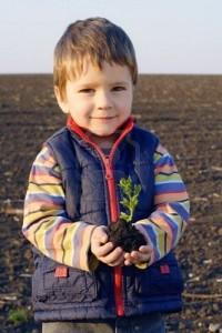 niño con planta