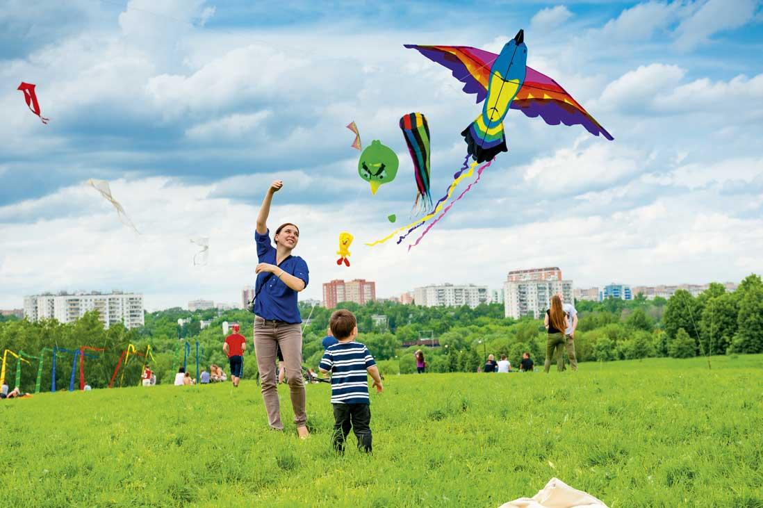Resultado de imagen para niños volando cometas