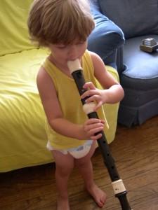 niño tocando musica